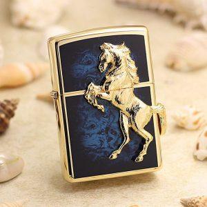 Bật lửa Zippo ốp nổi ngựa mạ vàng trên nền cẩm men xanh ZBT-5-3B