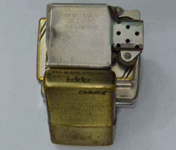 Một chiếc bật lửa Zippo bị ố vàng do khí hậu ẩm thấp nhiệt đới và mồ hôi tay của người sử dụng