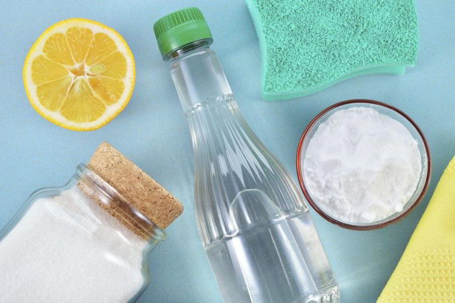 Giấm ăn, chanh và muối trong tủ bếp nhà bạn có thể giúp zippo vỏ đồng sáng bóng lên đấy